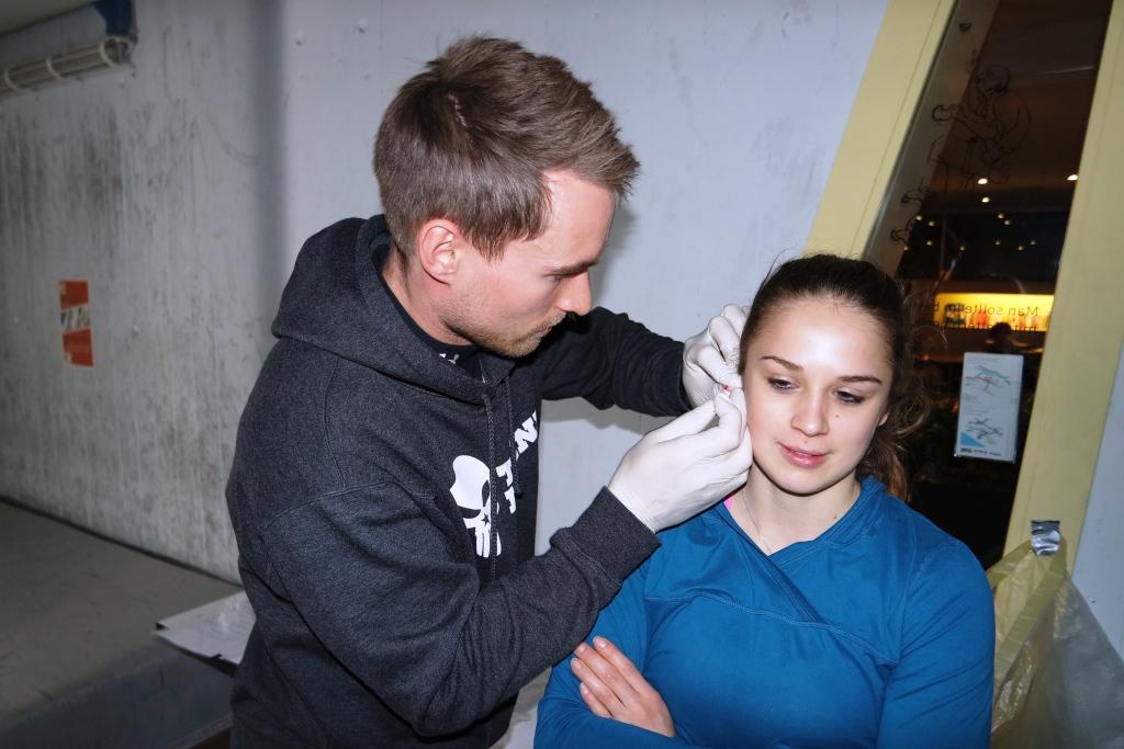 Jara Späte at earlobe puncture